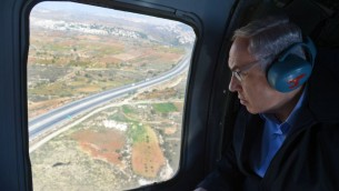 رئيس الوزراء بنيامين نتنياهو بطريقه الى كتلة عتصيون الاستيطانية في الضفة الغربية على متن مروحية، 23 نوفمبر 2015 (Haim Zach/GPO)