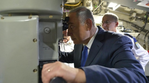 رئيس الوزراء بنيامين نتنياهو على متن غواصة 'رحاف' الجديدة في قاعدة سلاح البحرية في حيفا، 12 يناير 2016 (Kobi Gideon/GPO)
