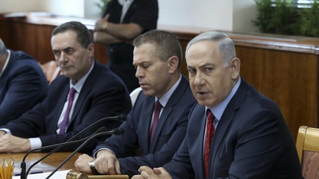 رئيس الوزراء بنيامين نتنياهو (يمين) وزير الأمن العام جلعاد اردان (وسط) ووزير الاستخبارات والنقل يسرائيل كاتس (إلى اليسار) خلال اجتماع لمجلس الوزراء في القدس عام 2016، صورة ملف. (Amit Shabi/POOL/Flash90)