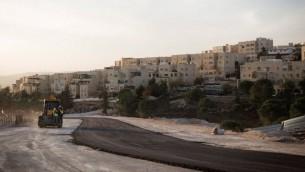 غروب الشمس فوق موقع بناء بجوار حي القدس الشرقية اليهودية في رامات شلومو في 21 نوفمبر 2016.  (Sebi Berens/Flash90)