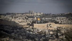 صورة للقدس تظهر المدينة القديمة  مع أجزاء جديدة من المدينة في الخلفية، 9 يناير 2017. (Yonatan Sindel/Flash90)