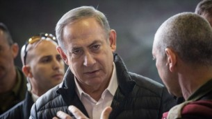 رئيس الوزراء بينيامين نتنياهو في مصنع أسلحة تم اكتشافه في مدينة الخليل في الضفة الغربية،  خلال زيارة قام به إلى فرقة الضفة الغربية التابعة للجيش الإسرائيلي، بالقرب من مستوطنة بيت إيل، 10 يناير، 2017. (Hadas Parush/Flash90)