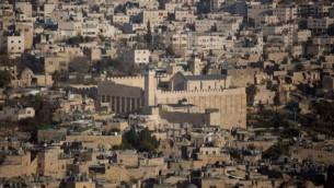 منظر عام لمدينة الخليل مع الحرم الإبراهيمي، 18 يونيو، 2017. (Lior Mizrahi/Flash90)