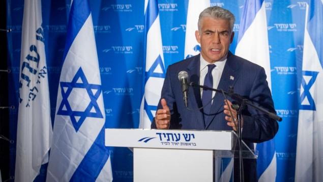 زعيم حزب يش عتيد عضو الكنيست يائير لبيد يتحدث خلال مؤتمر صحفي في تل أبيب، 3 أبريل 2017. (Flash90)