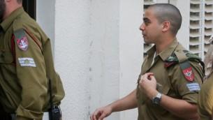 وصول ايلور عزاريا إلى إلى جلسة استئناف في قاعة المحكمة العسكرية في مقر الجيش الإسرائيلي في تل أبيب، 17 مايو، 2017. (Flash90)