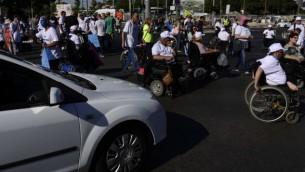 صورة للتوضيح: نشطاء ذوو إعاقة يشاركون في تظاهرة تدعو إلى تحسين الرعاية الصحية في تل أبيب، 13 يونيو،2017. (Tomer Neuberg/Flash90)