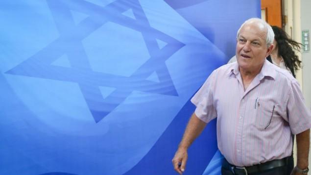 وزير الرفاه والشؤون الاجتماعية حاييم كاتس يصل إلى الجلسة الأسبوعية للحكومة في مكتب رئيس الوزراء في القدس، 25 يونيو، 2017. (Marc Israel Sellem/POOL)