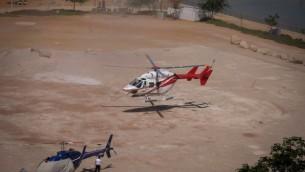 طائرة هليكوبتر تقوم بإجلاء الأشخاص الذين عانوا من الجفاف في البحر الميت، بعد موجة حرارية شديدة، في 3 يوليو 2017. Gershon Elinson/Flash90)
