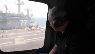 رئيس الوزراء بنيامين نتنياهو خلال زيارة لحاملة الطائرات الامريكية جورج بوش، الراسية بالقرب من ميناء حيفا، 3 يوليو 2017 (Haim Zach/GPO)