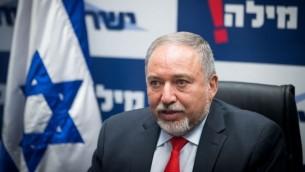 وزير الدفاع افيغادور ليبرمان يقود جلسة حزبه يسرائيل بيتينو في الكنيست، 3 يوليو 2017 (Yonatan Sindel/Flash90)