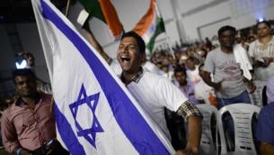 هنود اسرائيليون يحتفلون في حدث بمناسبة مرور 25 عام على العلاقات بين اسرائيل والهند، خلال زيارة رئيس الوزراء الهندي ناريندا مودي الى البلاد، في مركز المؤتمرات في تل ابيب، 5 يوليو 2017 (Tomer Neuberg/Flash90)