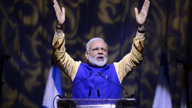 رئيس الوزراء الهندي ناريندا مودي خلال حدث بمناسبة مرور 25 عام على العلاقات بين اسرائيل والهند، في مركز المؤتمرات في تل ابيب، 5 يوليو 2017 (Tomer Neuberg/Flash90)