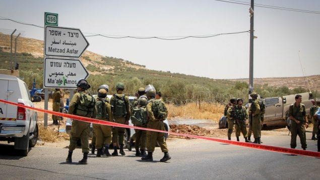صورة توضيحية: جنود يصلون إلى موقع ما يُشتبه بأنه هجوم دهس على طريق سريع في وسط الضفة الغربية، 10 يوليو، 2017 (Gershon Elinson/Flash90)