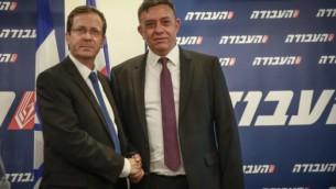 رئيس حزب العمل الإسرائيلي المنتخب حديثا في غاباي  مع الزعيم السابق إسحاق هرتسوغ في 12 يوليو 2017. (FLASH90)