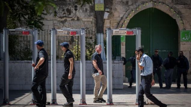 قوى الأمن الإسرائيلية بالقرب من البوابات الإلكترونية التي تم وضعها خارج الحرم القدسي، في البلدة القديمة في القدس، 16 يوليو، 2017. (Yonatan Sindel/Flash90)
