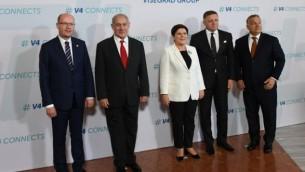 رئيس الوزراء بينيامين نتنياهو وقادة 'مجموعة فيسيغراد' - المجر وسلوفاكيا وجمهورية التشبيك وبولندا - في بوادبست، 19 يوليو، 2017. (Haim Tzach/GPO)