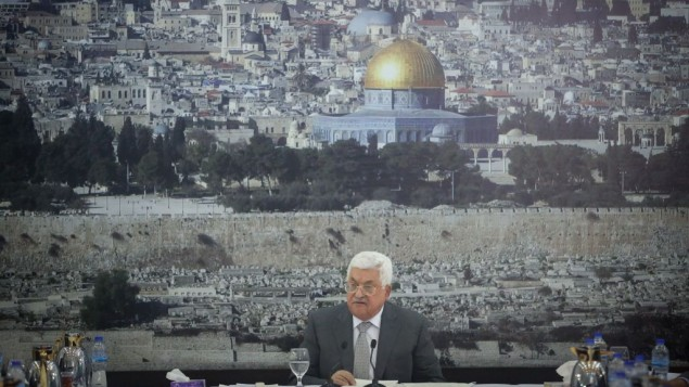 رئيس السلطة الفلسطينية محمود عباس يلقي كلمة خلال اجتماع للقيادة الفلسطينية في مدينة رام الله في الضفة الغربية في 21 يوليو، 2017، يعلن خلالها عن قطع جميع الاتصالات مع إسرائيل. (Flash90)