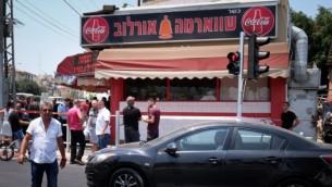 مطعم الشاورما حيث طعن فلسطيني سائق حافلة عربي إسرائيلي في بيتاح تكفا، 24 يوليو 2017. (Roy Alima/Flash90)