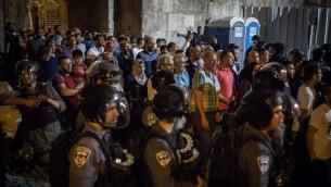 مسلمون يتظاهرون امام باب الاسباط في القدس القديمة، بعد تحديد الشرطة الدخول للحرم القدسي للنساء والمسنين، 27 يوليو 2017 (Hadas Parush/Flash90)