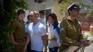 الجندي الإسرائيلي السابق ايلور عزاريا بجانب والدته، اوشرات، يصلان قاعدة 'كيريا' العسكرية في تل ابيب، 30 يوليو 2017 (Avshalom Sasoni/Flash90)