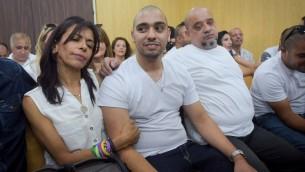 الجندي الإسرائيلي السابق ايلور عزاريا بجانب والدته، اوشرات، داخل محكمة في قاعدة 'كيريا' العسكرية في تل ابيب، 30 يوليو 2017 (Avshalom Sasoni/Flash90)