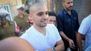 الجندي الإسرائيلي السابق ايلور عزاريا، المدان بالقتل غير المعد لإجهازه على منفذ هجوم فلسطيني مصاب،  يصل إلى مقر الجيش في تل ابيب، 30 يوليو 2017 (Flash90)