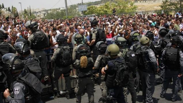 عناصر شرطة الحدود تنصب الحواجز التي تمنع من الوصول الى البلدة القديمة في القدس 21 يوليو 2017 (جوداه آري غروس/ طاقم تايمز اوف اسرائيل)