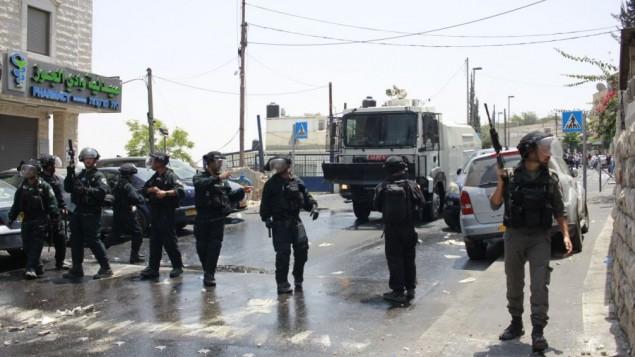 الشرطة تستعد للمواجهات في وادي الجوز جراء الحواجز على مداخل البلدة القديمة في القدس 21 يوليو 2017 (جوداه آري غروس/ طاقم تايمز أوف إسرائيل)