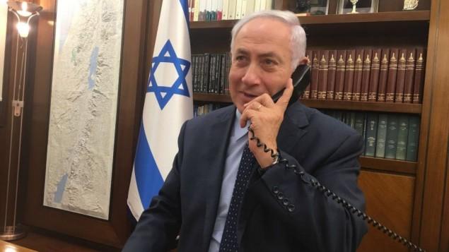 يتحدث رئيس الوزراء بنيامين نتنياهو على الهاتف مع سفيرة إسرائيل لدى الأردن عينات شلين, ومسؤول الأمن الذي طعن وأطلق النار على اثنين من الأردنيين عند عودتهما إلى إسرائيل في 24 يوليو / تموز 2017. (courtesy)