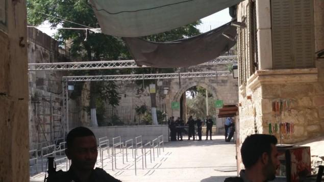 مدخل الحرم القدسي بالقرب من باب الاسباط، بعد ازالة بوابات كشف المعادن والكاميرات الامنية، 25 يوليو 2017 (Raoul Wootliff/Times of Israel)