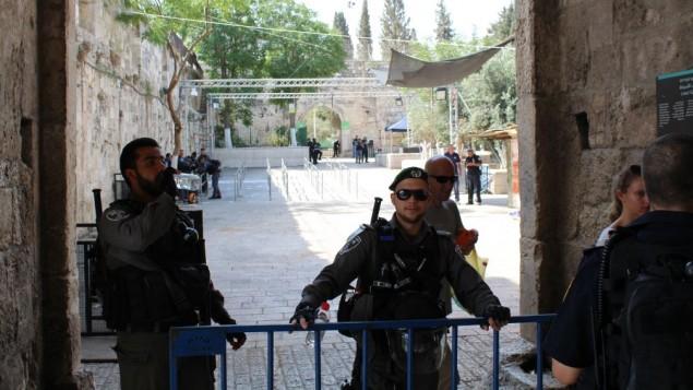 شرطيان من حرس الحدود الإسرائيلي يقومان بالحراسة خارج باب الأسباط في البلدة القديمة في مدينة القدس، 25 يوليو، 2017.  (Raoul Wootliff/Times of Israel)