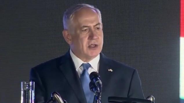 رئيس الوزراء بنيامين نتنياهو خلال احتفال بيوم الاستقلال الامريكي في منزل السفير في هرتسليا، 3 يوليو 2017 (Screenshot)