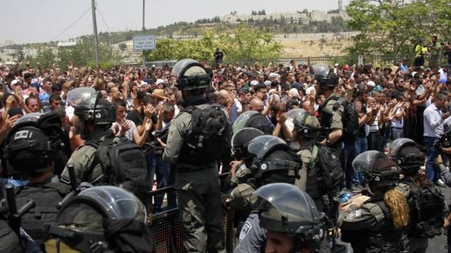 قوات الأمن الإسرائيلية تقف أمام المصلين المسلمين الفلسطينيين خارج بوابة الأسباط، 21 يوليو / تموز 2017.  (Judah Ari Gross/Times of Israel)