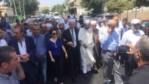 يسير أعضاء القائمة المشتركة (العربية) وأعضاء الأوقاف الإسلامية نحو مدينة القدس القديمة في محاولة للوصول إلى الحرم القدسي، 21 يوليو 2017.  (Courtesy: Joint Arab List)