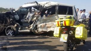مشهد حادث سيارة على الطريق 6235، بالقرب من مستوطنة شاكيد في شمال الضفة الغربية في 19 يوليو 2017. (Magen David Adom)