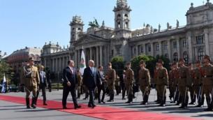 رئيس الوزراء بينيامين نتنياهو (من اليمين) ونظيره المجري فيكتور أوربان (من اليسار) يسيران أمام الحرس الشرفي خارج مبنى البرلمان في بودابست، 18 يوليو، 2017. (Haim Tzach/GPO)