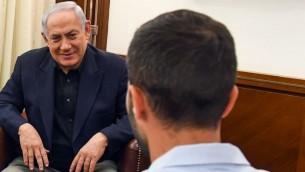 ويجتمع بنيامين نتنياهو مع زيف (الحارس الإسرائيلي) الذي طعن في مجمع السفارة في عمان في وقت سابق من هذا الأسبوع، وسفيرة إسرائيل في الأردن إينات شلين (لم يتم تصويرها)، في مكتب رئيس الوزراء في القدس في 25 يوليو / تموز 2017. (Haim Zach / GPO)