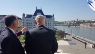 رئيس الوزراء المجري فيكتور أوربان (من اليمين) ورئيس الوزراء الإسرائيلي بينيامين نتنياهو في مبنى البرلمان المجري في بودابست، 18 يوليو، 2017. (GPO)