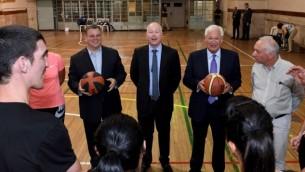 مبعوث السلام الأمريكي في الشرق الأوسط جيسون غرينبلات.  والسفير الأمريكي ديفيد فريدمان (إلى اليمين) يلتقيان مع مدربي كرة سلة إسرائيليين وفلسطينيين في القدس، 11 يوليو / تموز 2017.  (Matty Stern/US Embassy, Tel Aviv)