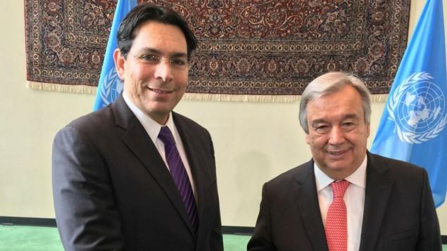 أنطونيو غوتيريش، الأمين العام المعين حديثا للأمم المتحدة (من اليمين)، وسفير إسرائيل لدى الأمم المتحدة داني دنون، 13 أكتوبر، 2016. (Courtesy)
