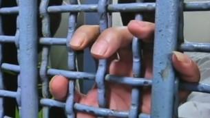 صورة توضيحية: أسير فلسطيني وراء القضبان (Channel 2 news)