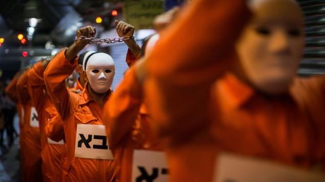 رجال مطلقون يحتجون على حقوق الرجال في الطلاق خلال سلسلة محاضرات  في سوق يهودا في القدس، 5 يونيو / حزيران 2017. (Hadas Parush/Flash90)
