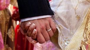 صورة توضيحية: عروس تمسك بيد عريسها في حفل زواج إسلامي في المغرب. (iStock photo/Getty images)