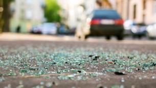 صورة توضيحية لشظايا زجاج على الشارع بعد حادث سير (Berezko, IStock Getty Images)