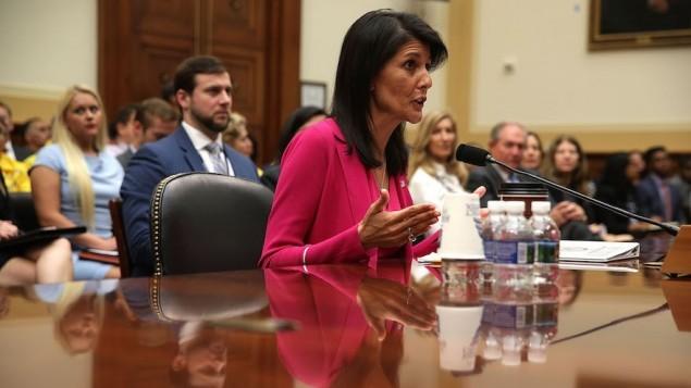 السفيرة الامريكية الى الامم المتحدة نيكي هايلي امام لجنة الشؤون الخارجية في الكونغرس الامريكي، 28 يونيو 2017 (Alex Wong/Getty Images via JTA)