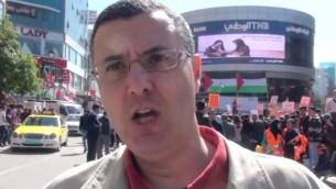 الناشط في حركة BDS عمر البرغوثي في مسيرة مؤيدة للمقاطعة في رام الله، فبراير 2016. (YouTube screen capture)