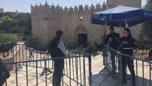 الشرطة تنصب حواجز بالقرب من باب العامود في القدس القديمة، 28 يوليو 2017 (Judah Ari Gross/Times of Israel)
