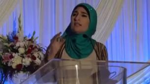 الناشطة الفلسطينية الامريكية ليندا صرصور خلال مؤتمر 'المجتمع الإسلامي في امريكا الشمالية' في شيكاغو، يوليو 2017 (Screenshot)