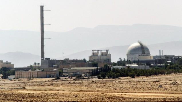 هذه الصورة تم التقاطها في 8 سبتمبر، 2002، وتظهر مشهد جزئي لمفاعل ديمونا النووي في صحراء النقب جنوب البلاد. (AFP/Thomas Coex)