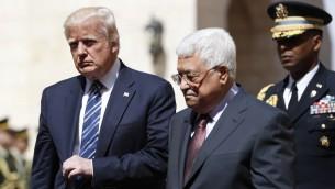 رئيس السلطة الفلسطينية محمود عباس يرحب بالرئيس الامريكى دونالد ترامب فى قصر الرئاسة في مدينة بيت لحم بالضفة الغربية فى 23 مايو عام 2017. (Thomas COEX / AFP)